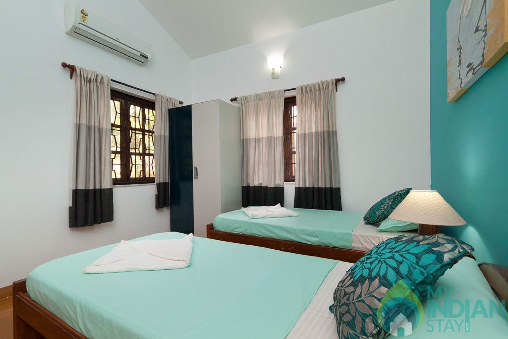 Green Twin Bedroom- Private balcony to capture the soothing breeze, and magnificent vie in a House in Calangute, Goa