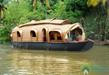Stay In A Floating Houseboat in Kumarakom