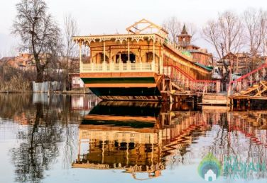 Stay In Beautiful Houseboat In Srinagar