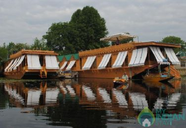 Beautiful Houseboat To Stay In Srinagar, J&K